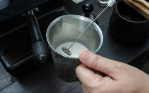 Milchaufschäumer im Gefäß